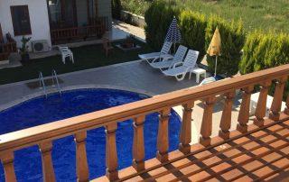 Balkon ve yüzme havuzu